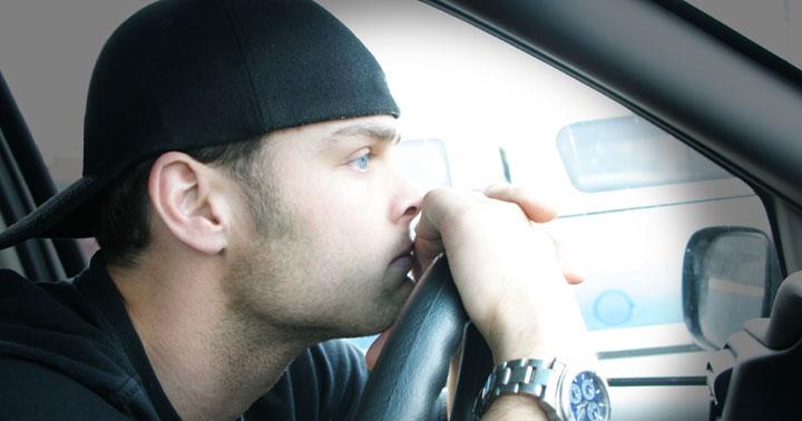 притеснен мъж в кола - пристрастяване, алкохолизъм, наркотици